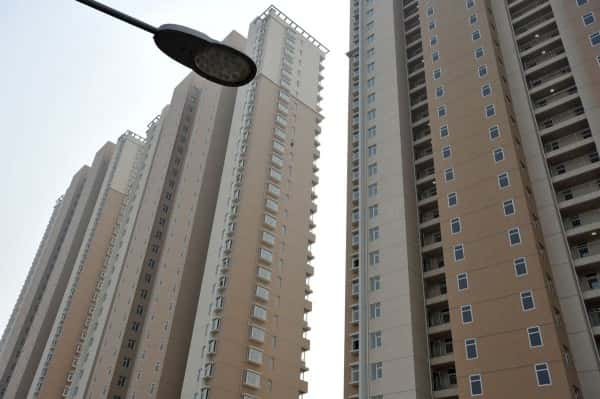 china-qingdao-painted-windows-on-residential-high-rise-apartment-building-05-600x399