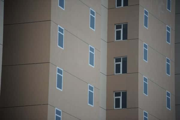 china-qingdao-painted-windows-on-residential-high-rise-apartment-building-06-600x399